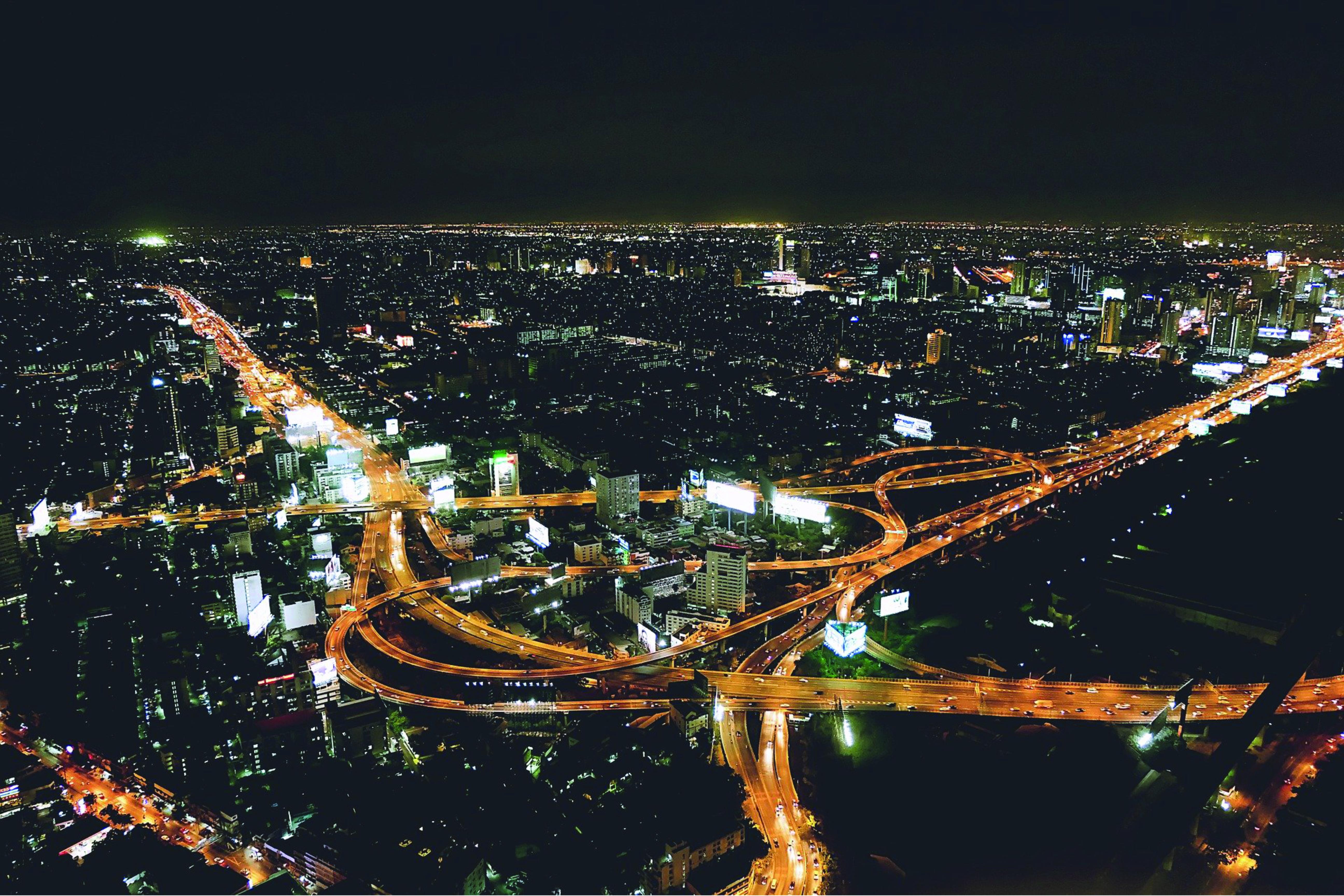 beleuchtete Stadt mit Straßen Kreuz